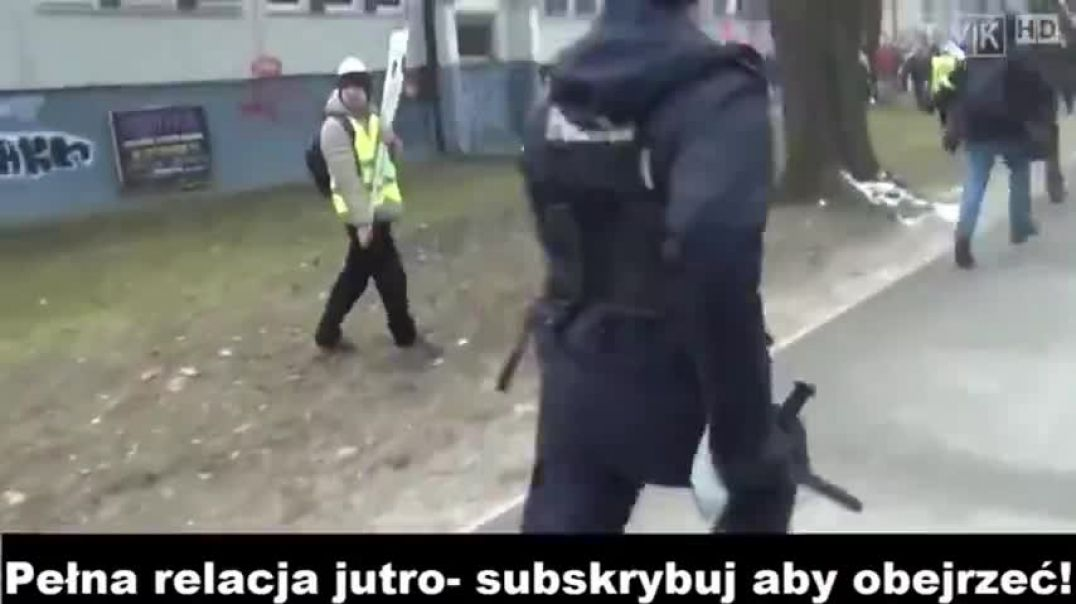 The 99% Chase The Police & Corner Them In Poland - Strength In Numbers